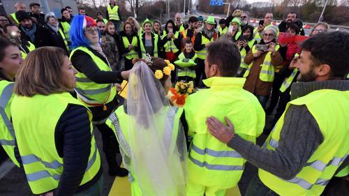 """VIDEOS. Péage en feu, mariage sur l'autoroute... Sept scènes improbables lors des manifestations des """"gilets jaunes"""""""