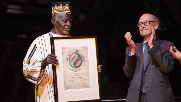 """L\'agriculteur burkinabè Yacouba Sawadogo (à gauche) reçoit le 23 novembre 2018 le prix \""""The Right Livehood Award\""""àStockholm, en Suède."""