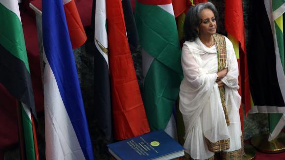 La première présidente de l\'Ethiopie,Sahle-Work Zewde, se tenant près de la Constitution au Parlement à Addis Abeba (Ehiopie) le 25 octobre 2018.