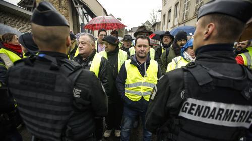 """VIDEO. """"Tant qu'on aura des miettes, on sera dans la rue"""" : en Haute-Vienne, les """"gilets jaunes"""" voulaient parler à Edouard Philippe"""