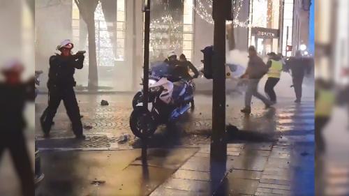 """VIDEO. """"Gilets jaunes"""" : un policier jeté à terre avec sa moto sur les Champs-Élysées, à Paris"""