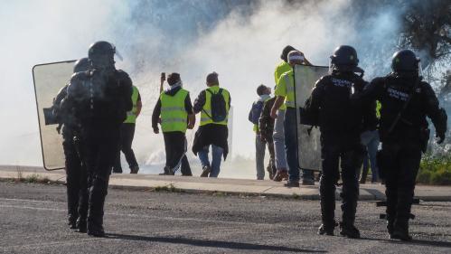 """""""Gilets jaunes"""" : des journalistes de France 2, BFMTV et du """"Progrès"""" pris à partie par des manifestants"""