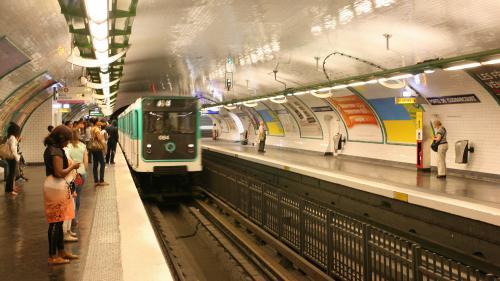 """Quenelles, propos négationnistes... Trois """"gilets jaunes"""" soupçonnés d'avoir insulté une femme de confession juive samedi soir dans le métro parisien"""
