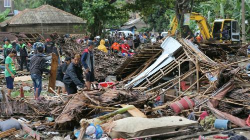 EN IMAGES. Salle de concert emportée par une vague, rues dévastées... Un tsunami sème la désolation en Indonésie