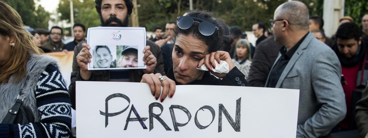 Plusieurs personnesrassemblées en hommage à Louisa et Marensamedi 22 décembre devant l'ambassade du Danemark à Rabat (Maroc).