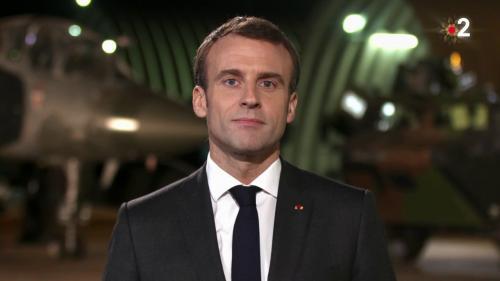 """VIDEO. Emmanuel Macron rend hommage aux soldats qui permettent aux Français de passer Noël """"en sécurité"""""""