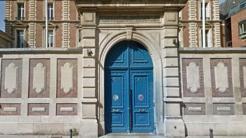 """A Rouen, des """"gilets jaunes"""" incendient la porte de la Banque de France"""
