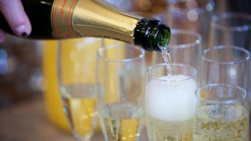 """Réveillon du Nouvel An : quatre conseils pour bien profiter de son champagne et éviter la """"piqûre carbonique"""""""