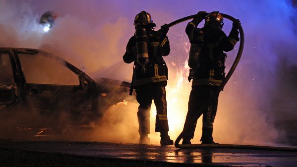 """Voitures incendiées, délit de fuite, """"gilets jaunes""""... la nuit du Nouvel An émaillée par des incidents dans plusieurs régions de France"""
