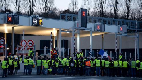 """INFO FRANCE BLEU. Des """"gilets jaunes"""" de Mayenne veulent porter plainte contre Emmanuel Macron"""