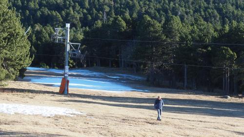 """""""On voit même des cailloux qui émergent"""": dans les stations de ski, la neige tarde à s'installer"""