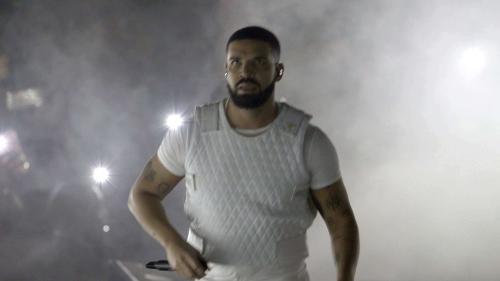 VIDEO. Le rappeur Drake rattrapé par une vidéo de 2010 où il embrasse une fan mineure sur scène