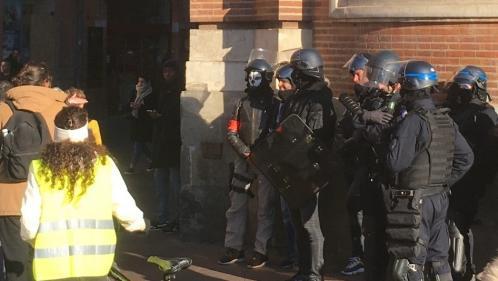 """""""C'est inadmissible"""" : le policier portant un masque de tête de mort face aux """"gilets jaunes"""" à Toulouse visé par une enquête"""