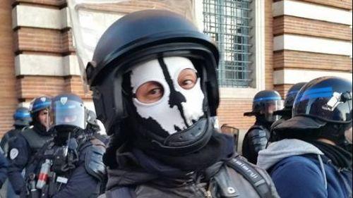 """""""Gilets jaunes"""" : ce que l'on sait du policier qui portait un """"masque de mort"""" samedi à Toulouse"""