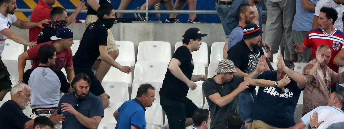 Des supporters se battent en tribune lors du match Angleterre-Russieau stade Vélodrome de Marseille, en phase de pools de l\'Euro de foot de 2016.