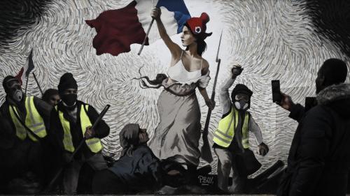 """Une fresque """"gilets jaunes"""" inspirée de Delacroix sur un mur de Paris"""