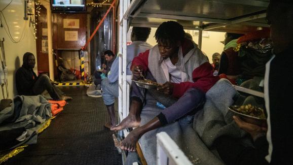 Les 32 migrants à bord du Sea Watch depuis le 22 décembre se protègent du mauvais temps dans un espace de 30 m2.
