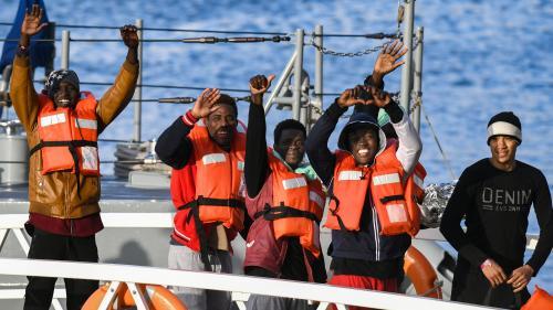 """VIDEO. Les migrants secourus par le """"Sea-Watch"""" laissent éclater leur joie en apprenant qu'ils vont débarquer à Malte"""