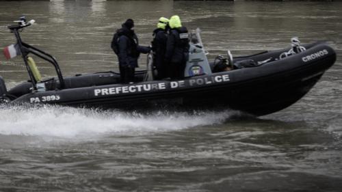 Paris : un corps repêché dans la Seine, les mains liées dans le dos https://www.francetvinfo.fr/faits-divers/paris-un-corps-repeche-dans-la-seine-les-mains-liees-dans-le-dos_3138681.html…