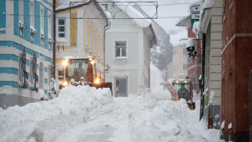 VIDEO. Routes bloquées, villages évacués... D'impressionnantes chutes de neige paralysent une partie de l'Autriche