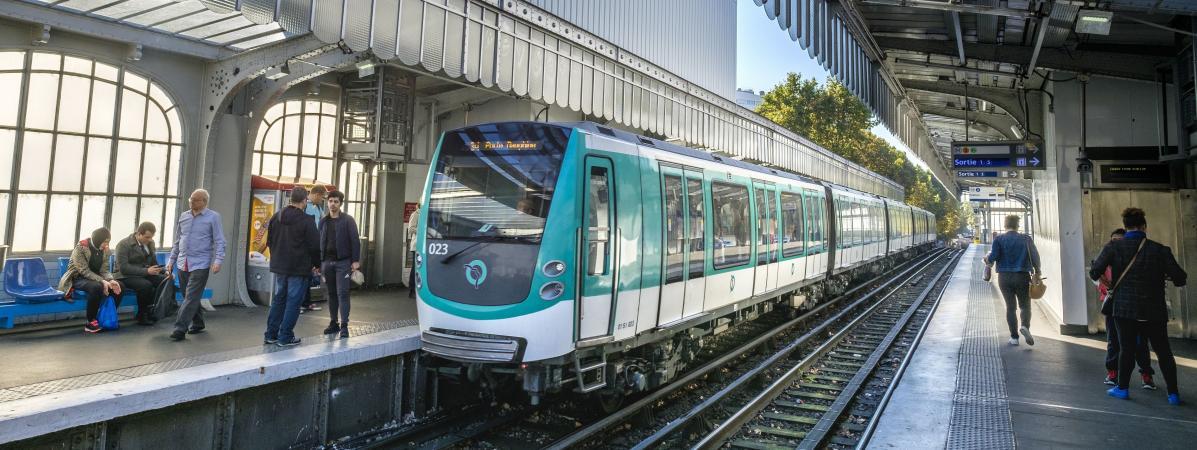 Un métro à quai à la station de métro Jaurès, à Paris, le 14 octobre 2017.