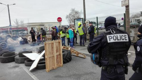 """Sarthe : La République en marche demande la fermeture d'un groupe Facebook de """"gilets jaunes"""", dénonçant des """"messages de haine"""""""