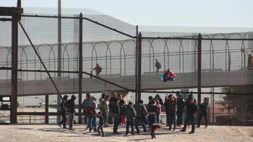 Etats-Unis : plus de 50 000 migrants arrêtés en décembre, dont un nombre record de familles   https://www.francetvinfo.fr/monde/usa/presidentielle/donald-trump/etats-unis-plus-de-50-000-migrants-arretes-en-decembre-dont-un-nombre-record-de-familles_313825