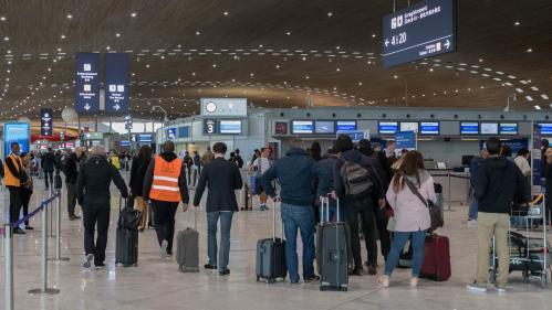 """Le mouvement des """"gilets jaunes"""" a fait baisser les arrivées aériennes de touristes à Paris"""