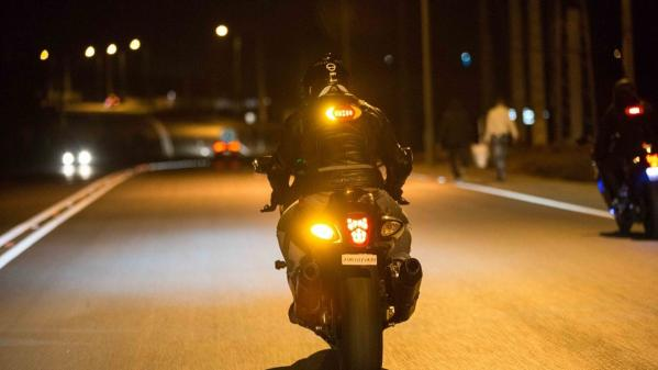 L'auto et la moto. Des motards visibles et connectés