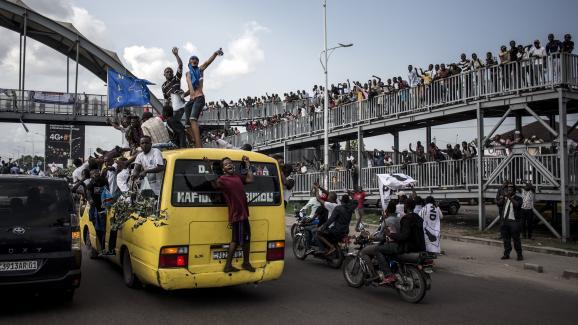 Des partisans du candidat d\'opposition MartinFaluyu attendent son arrivée à Kinshasa, sur une route menant à l\'aéroport de la capitale, le 21novembre 2018, jour du lancement de sa campagne électorale.