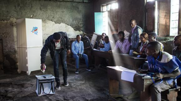 Un homme vote dans un bureau à Goma, dans la région du Kivu, située dans l\'est de la République démocratique du Congo, le 30 décembre 2018,lors del\'élection présidentielle.