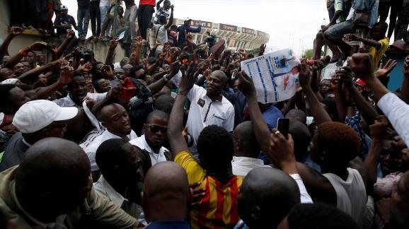 L\'opposant congolais Martin Fayulu à son arrivée à un meeting à Kinshasa (République démocratique du Congo), le 11 janvier 2019, au lendemain de l\'annonce de résultats de l\'élection présidentielle qu\'il conteste.