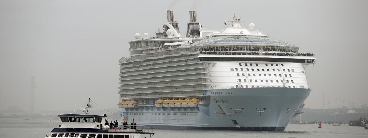 """L\'\""""Oasis of the Seas\"""" arrive dans le port de Southampton (Royaume-Uni), le 15 octobre 2014."""