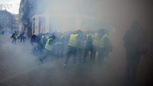 """Toulouse : non, un hélicoptère n'a pas tiré de gaz lacrymogène sur les """"gilets jaunes"""", place du Capitole"""