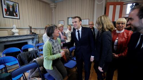 """Hors caméra, Macron explique vouloir """"responsabiliser"""" les personnes en """"difficulté"""", car """"il y en a qui déconnent"""""""
