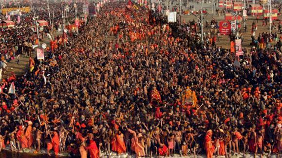 La Kumbh Mela, plus grand rassemblement religieux au monde, débute en Inde