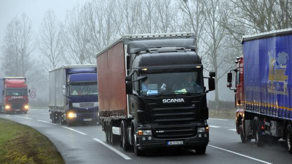 Des camions circulent sur sur la Rcea (Route centre-Europe Atlantique) dans l\'Allier.
