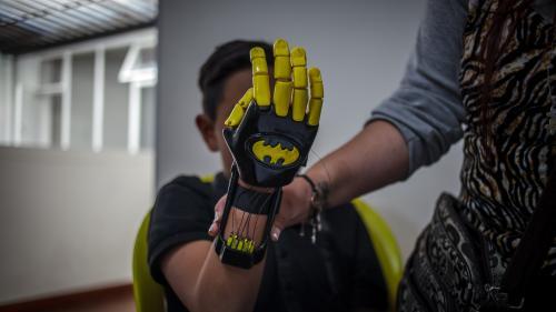 """Comment des prothèses inspirées des super-héros permettent de déjouer la """"vallée de l'étrange"""""""