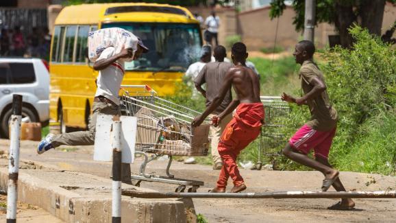 Scène de pillage à Bulawayo le 14 janvier 2019.