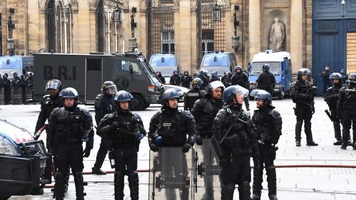 """""""Gilets jaunes"""" : des policiers ont-ils voulu """"dissimuler des preuves"""" à Bordeaux ? Cette vidéo virale ne le prouve pas"""