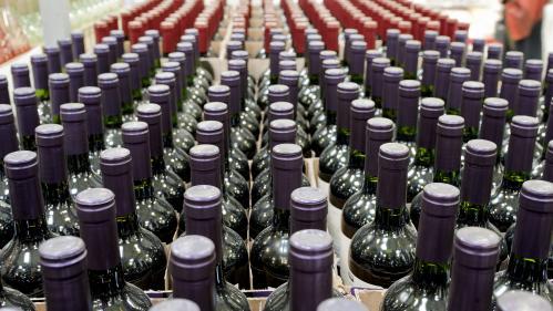 """""""On va expédier en Angleterre 300000 bouteilles"""" : pour ne pas trinquer, le secteur du vin français se prépare à un Brexit dur"""