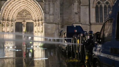 """""""Gilets jaunes"""" : à Bordeaux, un vidéaste s'équipe d'un bouclier antiémeutes pour éviter les tirs de projectiles dans les manifestations"""