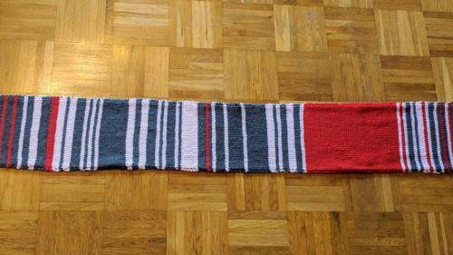 Gris pour moins de 5 minutes de retard, rose pour 5 à 30 minutes... Une Allemande tricote pendant un an une écharpe qui dénonce les retards du train et récolte 7550euros