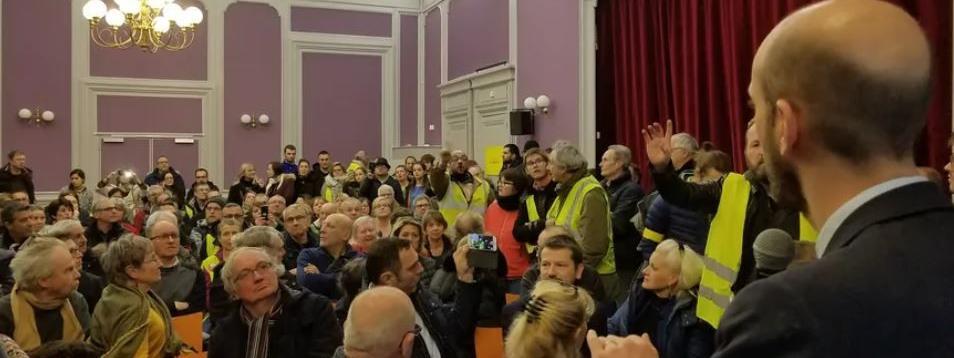 """Une cinquantaine de """"gilets jaunes"""" forcent l'entrée du grand débat organisé à Besançon avec le patron de La République en marche"""