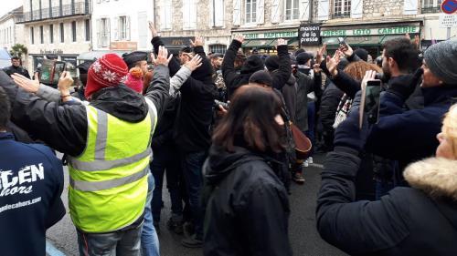 """DIRECT. Grand débat national : tensions entre """"gilets jaunes"""" et forces de l'ordre avant la visite d'Emmanuel Macron à Souillac"""