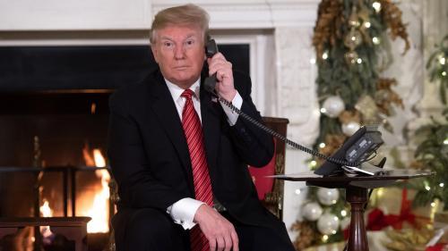 """""""Vous voulez parler au président ?"""": un journaliste américain à Paris se retrouve par hasard au téléphone avec Donald Trump"""