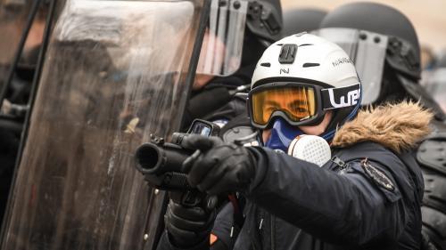 """""""Gilets jaunes"""" : les forces de l'ordre qui utilisent des LBD seront équipées de caméras-piétons dès samedi"""
