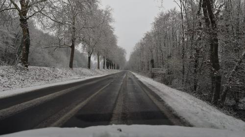 """""""Faites le plein, prenez de l'eau, des vivres"""" : quelques conseils avant de prendre la route sous la neige"""