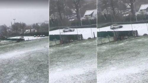 """VIDEO. """"On s'amuse bien les gars ?"""" : la police belge profite de la neige pour faire des dérapages sur un parking"""