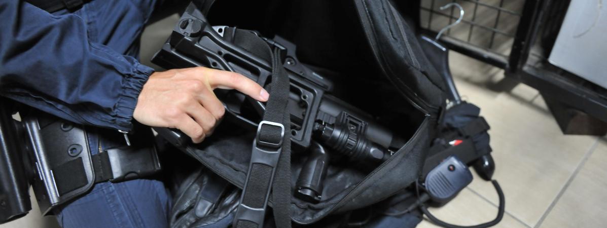 Un gendarme en civile tient entre ses mains un nbsp lanceur de balles de  défense, 47a90757c5d